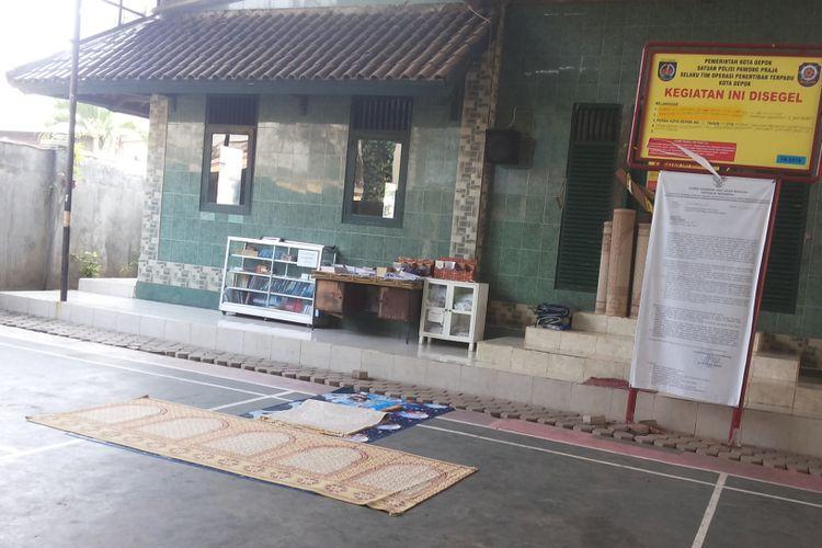 Halaman Masjid Al Hidayah di Jalan Muchtar Raya, Sawangan, Depok, Senin (5/6/2017). Masjid Al Hidayah adalah masjid yang menjadi pusat kegiatan jamaah Ahmadiyah di Kota Depok.