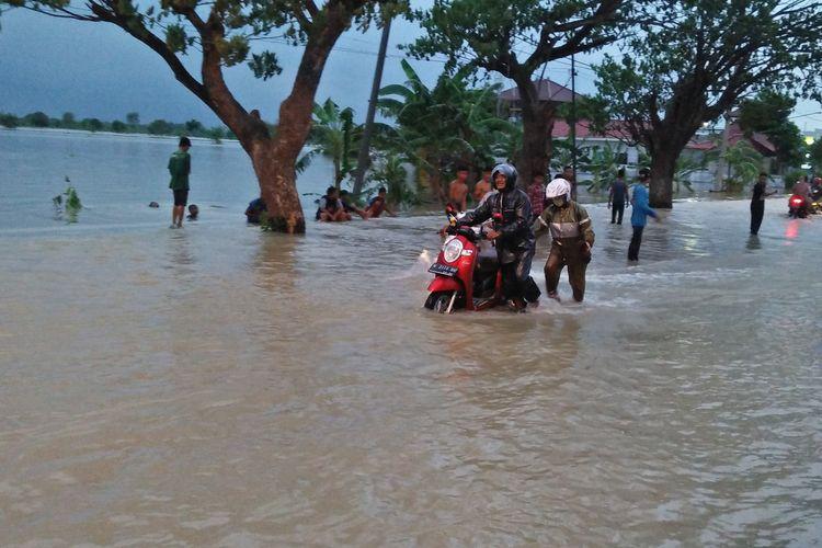 Banjir akibat luapan Kali Lamong yang melanda Kecamatan Benjeng, Gresik, Selasa (7/1/2020).