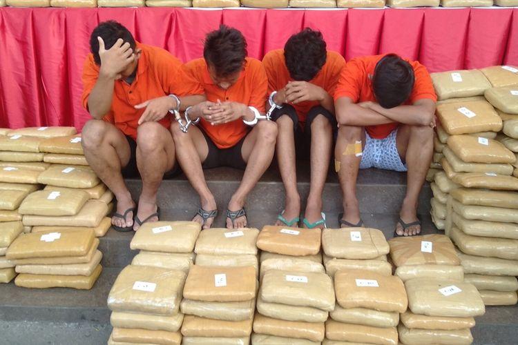 IR (kanan), satu dari empat tersangka pengedar ratusan kilogram ganja  saat jumpa pers di Mapolres Metro Jakarta Selatan, Senin (30/12/2019)