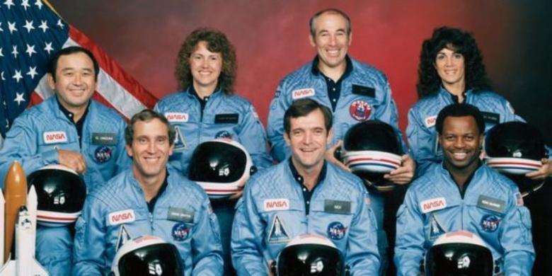 Kru pesawat ulang alik Challenger yang meledak 73 detik setelah diluncurkan pada 28 Januari 1986, (barisan depan kiri ke kanan) Michael Smith, Dick Scobee and Ronald McNair; (barisan belakang kiri kek kanan) Ellison Onizuka, Christa McAuliffe, Gregory Jarvis and Judith Resnik