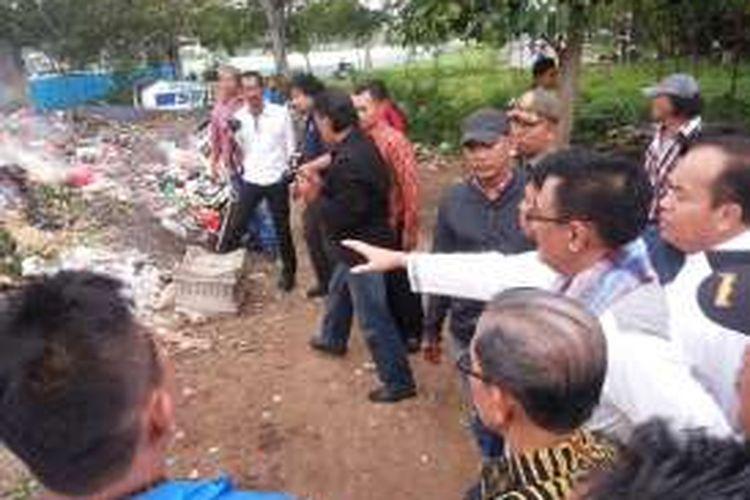 Wakil Gubernur DKI Djarot Saiful Hidayat saat menemukan lahan cukup luas yang justru jadi tempat pembuangan akhir sampah, tak jauh dari permukiman warga di Jalan Lio, Kelurahan Jatinegara Kaum, Kecamatan Cakung, Jakarta Timur. Hal itu ditemukannya saat melakukan kunjungan Kamis (27/10/2016).
