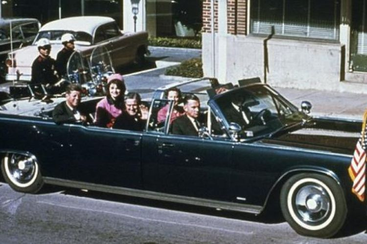 Presiden John F Kennedy bersama istrinya Jacqueline, Gubernur Texas John Connally dan istrinya Nellie Connally berkendara bersama di dalam Limousine kepresidenan di Dallas pada 23 November 1963, hari tertembaknya Kennedy.