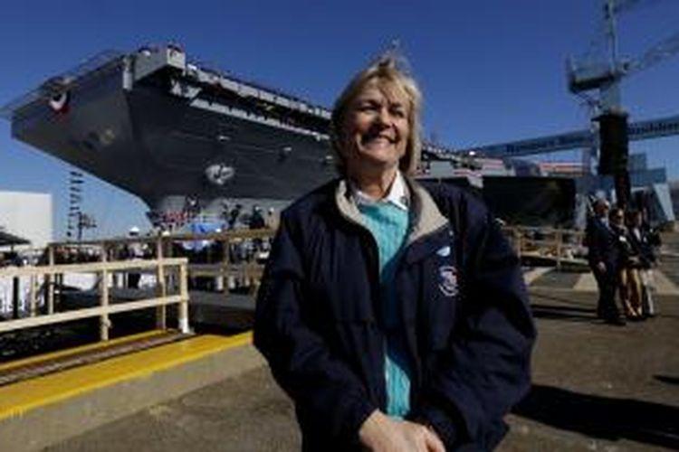 Putri mantan presiden AS, Susan Ford berdiri di depan kapal induk AL Amerika Serikat baru yang diberi nama sesuai nama presiden ke-38 AS, Gerald Ford.