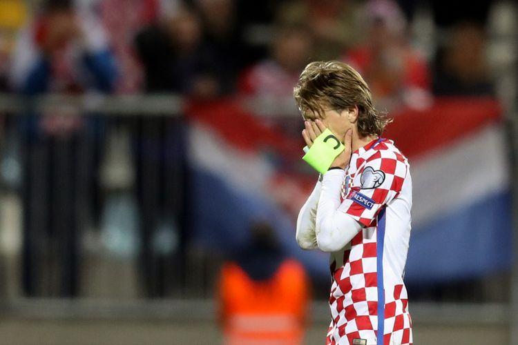 Gelandang Kroasia, Luka Modric, bereaksi setelah timnya bermain imbang melawan Finlandia dalam Kualifikasi Piala Dunia 2018 zona Eropa di Rijeka, Jumat (6/10/2017).