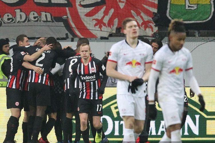 Para pemain Frankfurt merayakan skor 2-0 selama pertandingan sepak bola Bundesliga divisi satu Jerman Eintracht Frankfurt vs RB Leipzig di Frankfurt