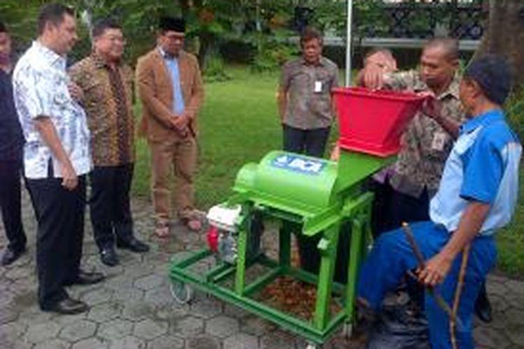 Wali Kota Bandung, Ridwan Kamil, melihat demonstrasi penggunaan alat pencacah sampah yang disumbangkan oleh Bank Central Asia Tbk (BCA), Jumat (12/12/2014).