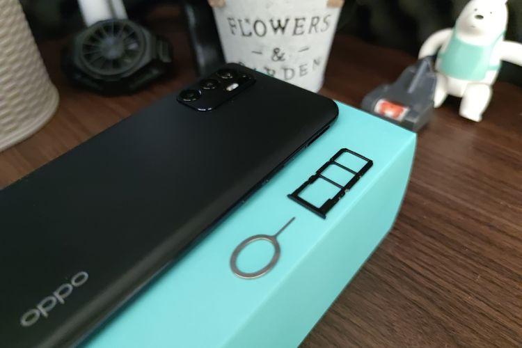 Bagian bingkai kiri Reno6 dibekali dengan tombol volume, serta laci kartu SIM triple slot (dual-SIM + kartu microSD) yang bisa ditarik keluar dengan mencolokkan SIM card ejector tool terlebih dahulu.