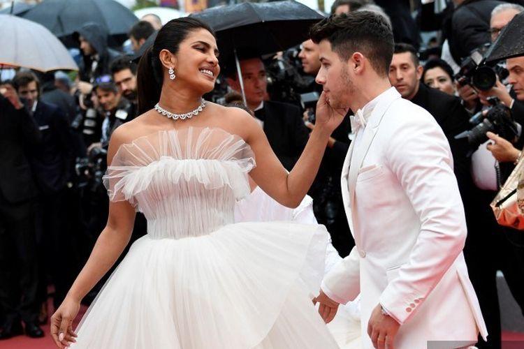 Aktris asal India Priyanka Chopra  dan suaminya penyanyi AS Nick Jonas menghadiri pemutaran film The Best Years of a Life (Les Plus Belles Annees DUne Vie) di Festival Film Cannes, Perancis, pada 18 Mei 2019.