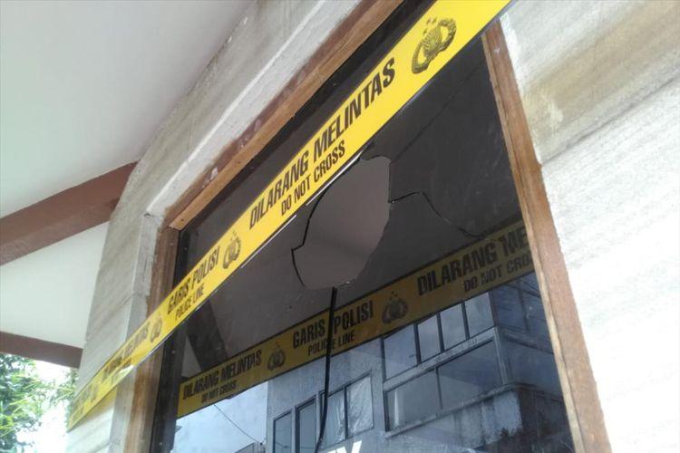 Kaca pos satpam di kediaman Menteri Susi di Pangandaran pecah setelah dirusak orang tak dikenal, Jumat (2/8/2019).