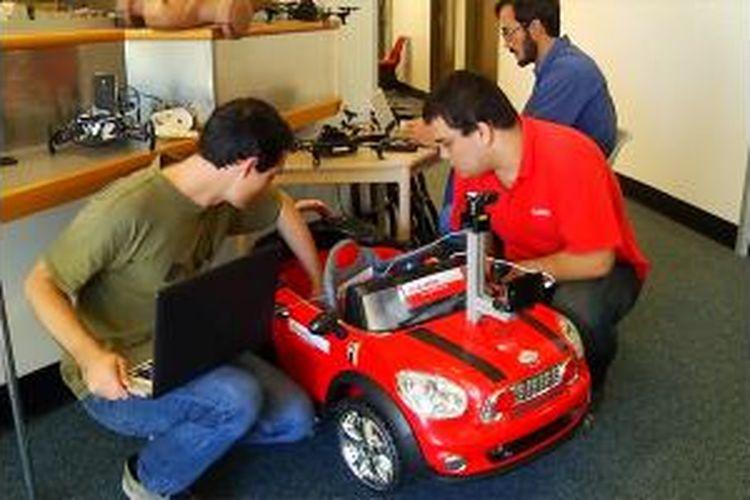 Tiga mahasiswa Australia mengembangkan teknologi mobil otomatis tanpa supir yang memanfaatkan fitur kamera dan GPS ponsel pintar