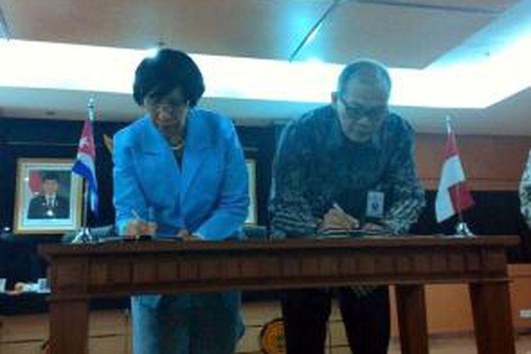Kerjasama RI dan Kuba ditandai dengan nota kesepahaman (memorandum of understanding/MoU) antara antara Sekretaris Jenderal Kementerian Pertanian Hari Priyono dan Duta Besar Kuba untuk Indonesia, Enna Viant di Kantor Pusat Kementerian Pertanian, Ragunan, Jakarta, Rabu (18/3/2015).