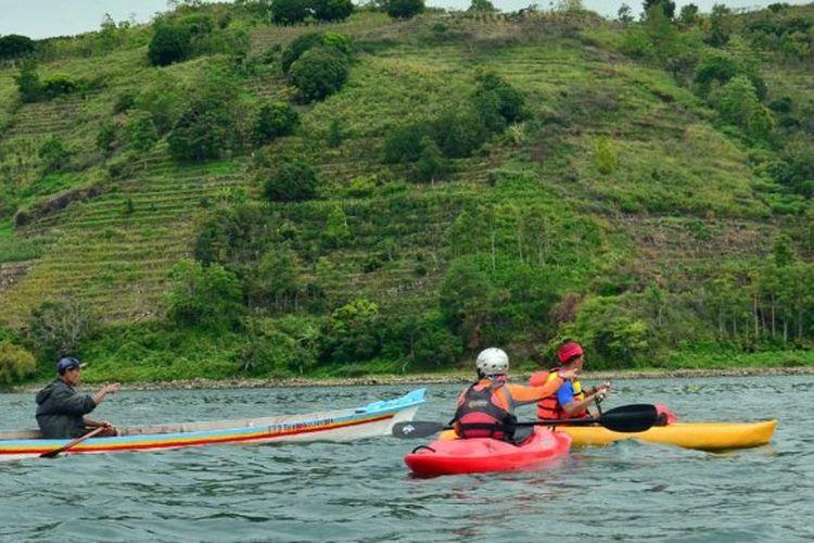 Kayaking di Danau Toba.