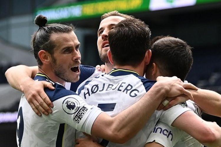 Para pemain Tottenham Hotspur merayakan gol ke gawang Wolverhampton Wanderers pada lanjutan laga Liga Inggris di Stadion Tottenham, London, Minggu (16/5/2021).