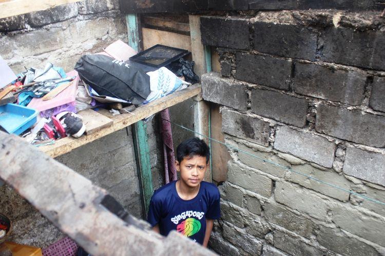 Heri Misbahudin (17), seorang remaja asal Kabupaten Cianjur, Jawa Barat kini harus tampil sebagai tulang punggung sekaligus kepala keluarga bagi ketiga adiknya pasca ditinggal pergi kedua orangtuanya yang meninggal akibat digigit ular berbisa.