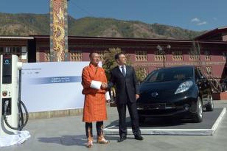 CEO Nissan Motor Corporation Carlos Ghosn bersama PM Bhutan Tshering Tobgay memperkenalkan mobil listri Nissan Leaf di Thimpu, Jumat (21/2/2014). Kerajan Bhutan dan Nissan menandatangani kesepakatan untuk menjadi percontohan mobil listrik ini.