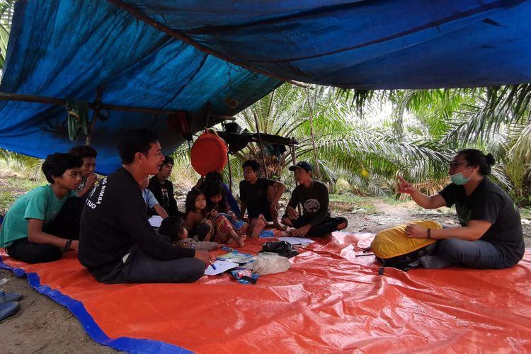 Gentar sang guru pertama asli Orang Rimba saat mengajar didampingi Fasilitator Pendidikan KKI Warsi, Jauharul Maknun