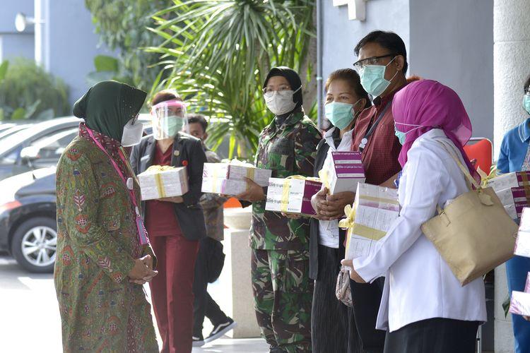 Wali Kota Surabaya Tri Rismaharini saat memberikan bantuan alat rapid test kepada 32 rumah sakit di Balai Kota Surabaya, Rabu (8/7/2020).