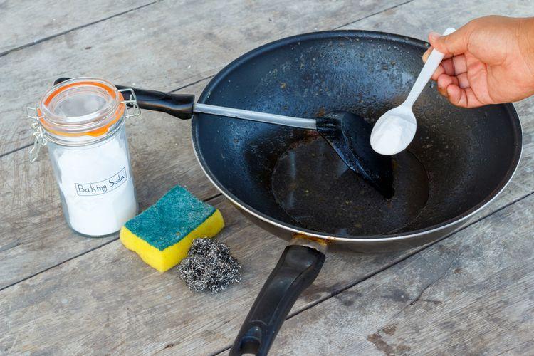 Ilustrasi cara membersihkan kerak panci gosong pakai baking soda.