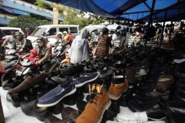 Kemacetan parah terjadi akibat membeludaknya warga di kawasan Pasar Tanah Abang, Jakarta, Senin (29/7/2013). Konsumerisme warga meningkat menjelang Lebaran Idul Fitri. Pusat-pusat perbelanjaan dipadati warga yang ingin membeli sandang dan pangan.
