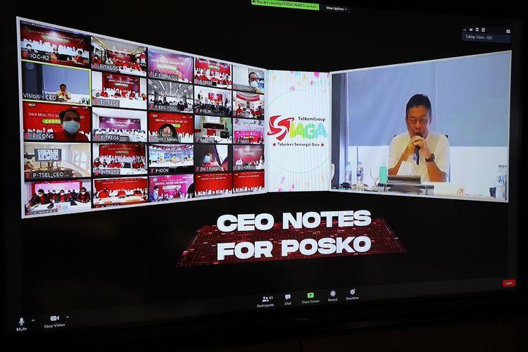 Direktur Utama Telkom Ririek Adriansyah (kanan) memberikan arahan kepada seluruh posko TelkomGroup Siaga Natal & Tahun Baru (NaRu) pada kesempatan virtual visit melalui video conference CloudX guna memastikan kualitas layanan prima menyambut Natal dan tahun baru di Jakarta, Rabu (23/12/2020).
