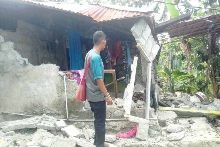 Satu rumah warga ambruk akibat diguncang gempa di Ambon, Kamis (26/9/2019).