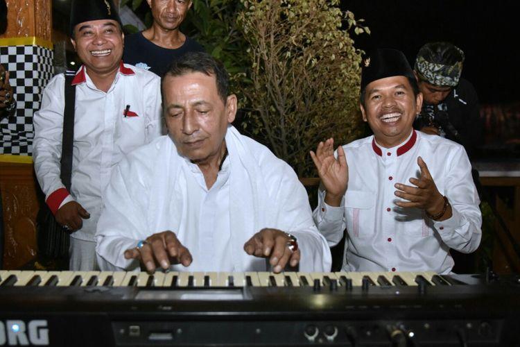 Habib Muhammad Luthfi bin Yahya bermain musik saat tabligh akbar dan zikir kebangsaan di Taman Pasanggrahan Padjadjaran, Purwakarta, Selasa (22/8/2017)