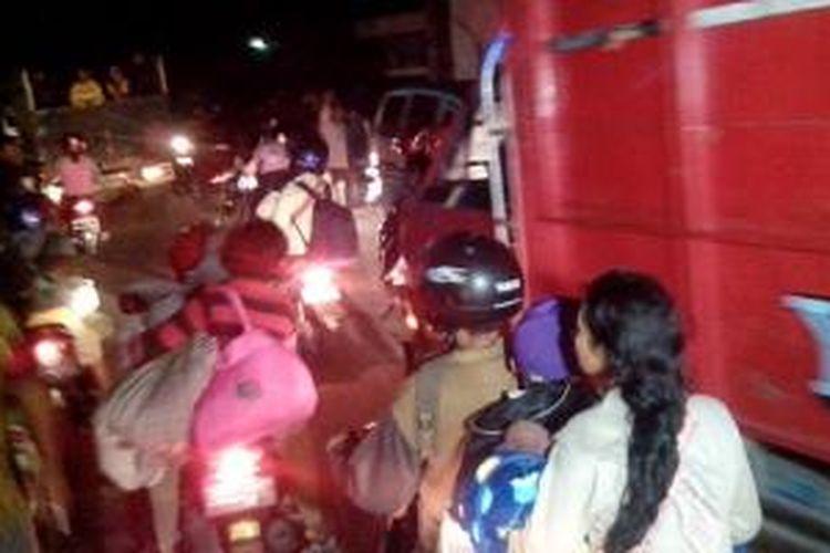Suasana jalur Ngancar Kabupaten Kediri, Jawa Timur, saat dipadati para pengungsi Gunung Kelud, Kamis (13/2/2014).