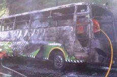 Sebuah Bus Terbakar Saat Melaju di Tol Jagorawi