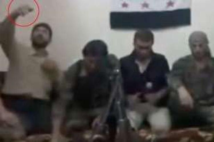 Seorang anggota Tentara Pembebasan Suriah (FSA), terlihat mengarahkan sebuah telepon genggam ke wajahnya untuk membuat selfie. Namun, dia tak sadar jika telepon genggam itu sudah diubah menjadi detonator bom.