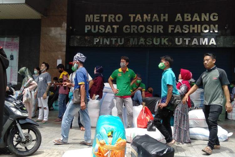 Sejumlah pedagang tidak bisa masuk ke Gedung Pasar Tanah Abang karena pembukaan ditunda, Senin (6/4/2020).