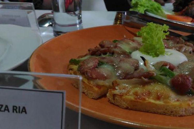 Pizza Ria, Piza khas Demak yang disajikan di DTaman Angkringan and Resto.