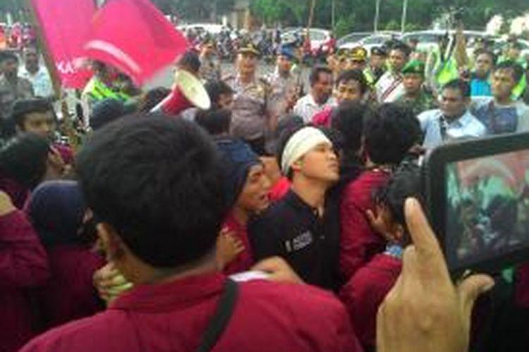 Mahasiswa dari Ikatan Mahasiswa Muhammadiyah ricuh dengan polisi saat sedang berunjuk rasa di depan Istana, Jumat (1/5/2015).