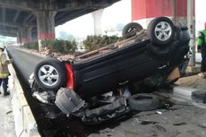 Toyota Rush Terbalik usai Tabrak Separator Busway di Jatinegara