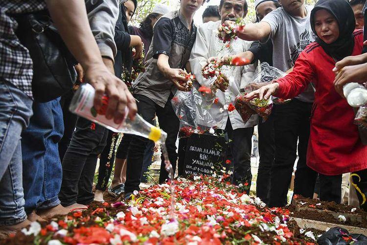 Keluarga dan kerabat menghadiri prosesi pemakaman korban demo ricuh Akbar Alamsyah di Taman Pemakaman Umum (TPU) kawasan Cipulir, Kebayoran Lama, Jakarta, Jumat (11/10/2019). Korban demo ricuh di DPR Akbar Alamsyah meninggal dunia di RSPAD Gatot Subroto, Kamis (10/10/2019) sekitar pukul 17.00 karena mengalami retak pada tempurung kepala.