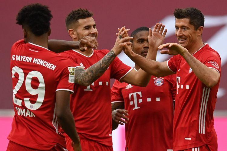 Para pemain Bayern Muenchen merayakan gol Robert Lewandowski ke gawang Eintracht Frankfurt pada laga lanjutan pekan kelima Bundesliga 2020-2021 di Stadion Allianz Arena, Sabtu (24/10/2020).