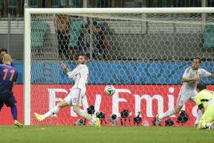 Gelandang Belanda, Arjen Robben, saat mencetak gol kedua ke gawang Spanyol pada pertandingan perdana Grup B Piala Dunia 2014 di Arena Fonte Nova, Salvador, Jumat atau Sabtu (14/6/2014) dini hari WIB. Belanda menang 5-1 pada laga tersebut.