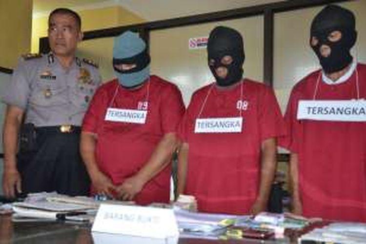 Tiga pelaku judi togel yang Diringkus aparat kepolisian Ditreskrimum Polda Maluku Utara, Rabu (7/9/2016)