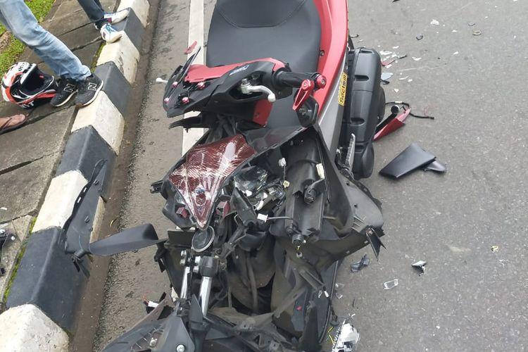 Kerusakan yang dialami motor milik AH, seorang pengendara yang terlibat dalam kecelakaan lalu lintas di Jalan Medan Merdeka Selatan, Jakarta Pusat, Minggu (14/2/2021) pagi.