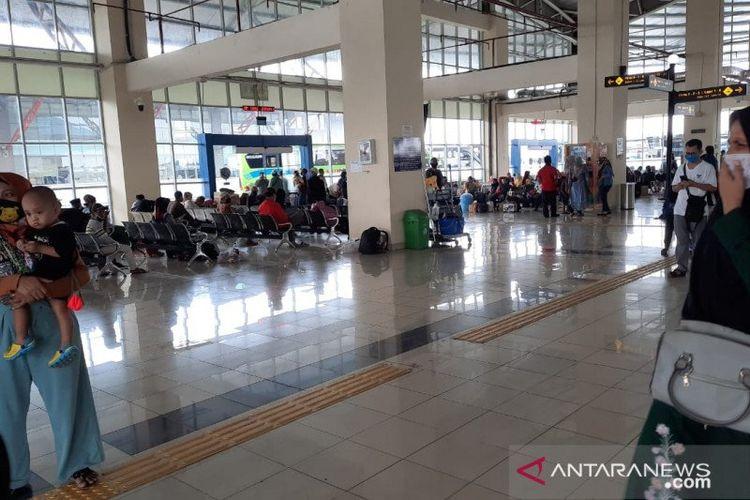 Penumpang bus berdatangan ke Terminal Terpadu Pulogebang, Jakarta Timur sehari menjelang Ramadhan 1441 Hijriyah/2020 Masehi, Kamis (23/4/2020).