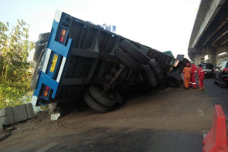 Truk bermuatan pelat besi seberat 60 ton terguling di KM 14 Tol Jakarta-Cikampek, Selasa (22/10/2019).