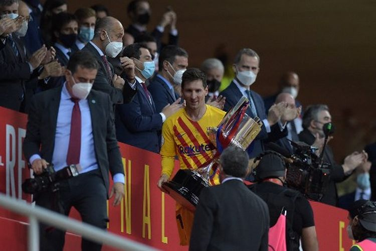 Barcelona's Argentinian forward Lionel Messi holds the trophy at the end of the Spanish Copa del Rey (King's Cup) final football match between Athletic Club Bilbao and FC Barcelona at La Cartuja stadium in Seville on April 17, 2021. (Photo by CRISTINA QUICLER / AFP)