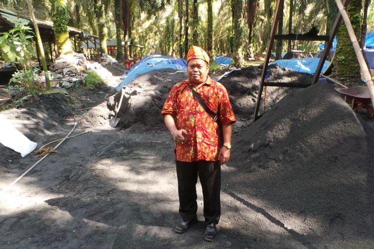 Supari, Ketua Kelompok Tani Mekar Jaya di Desa Dataran Kempas, berdiri di tempat pengolahan limbah sawit yang siap dijadikan pupuk kompos, Kamis (3/5/2018). Pupuk olahan kelompoknya kini menghasilkan Rp 1 miliar.