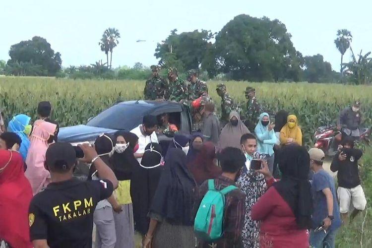 Ratusan warga di Galesong, Kabupaten Takalar, Sulawesi Selatan mengguruduk lokasi tambang lantaran dinilai mengakibatkan sawah dan sumur warga mengering. Senin, (8/6/2020).