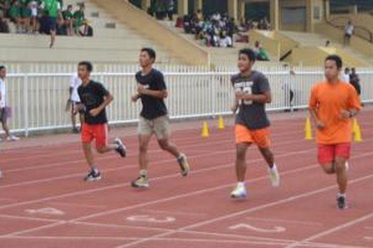 Para atlet Pra PON DKI melakukan beep test di Rawamangun.