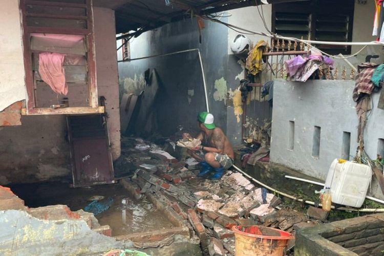 Rumah warga di Lingkungan II, Kelurahan Karombasan Utara, Kecamatan Kecamatan, Manado, Sulawesi Utara, rusak akibat banjir, Sabtu (23/1/2021) pukul 08.12 WITA