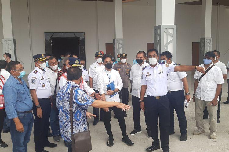 Wali Kota Solo Gibran Rakabuming Raka mendampingi Menteri Perhubungan Budi Karya Sumadi saat meninjau pembangunan Terminal Tipe A Tirtonadi Solo, Jawa Tengah, Minggu (28/2/2021).