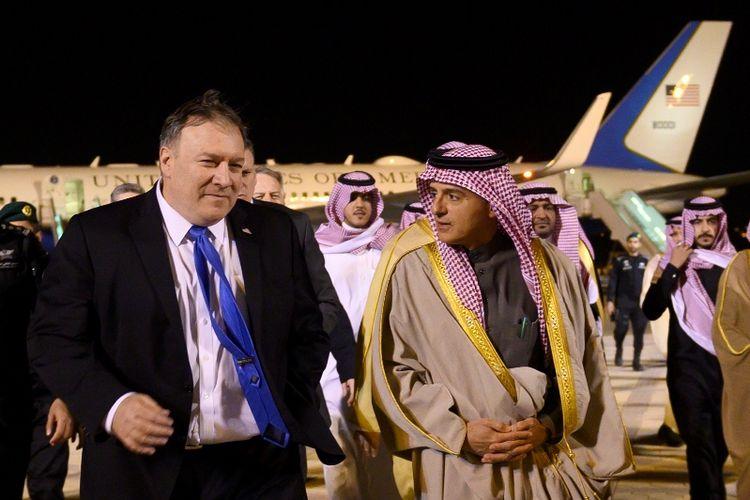 Menlu AS Mike Pompeo (kiri) disambut Menteri Urusan Luar Negeri Arab Saudi Adel al-Jubeir saat tiba di Bandara Riyadh, Minggu (13/1/2019) malam.