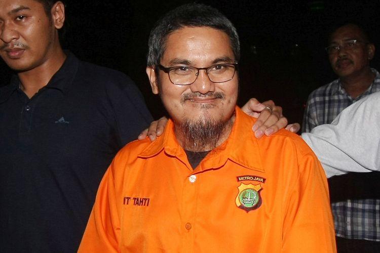 Tersangka kasus dugaan ujaran kebencian di media sosial, Jonru Ginting (tengah) berjalan keluar dari ruang penyidikan dengan pengawalan petugas kepolisian usai menjalani pemeriksaan lanjutan di Ditreskrimsus Polda Metro Jaya, Jakarta, Minggu (1/10/2017). Penyidik Ditreskrimsus Polda Metro Jaya telah melakukan penahanan terhadap Jonru Ginting di Rutan Polda Metro Jaya sejak Sabtu (30/9/2017).