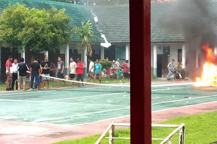 Suasana kerusuhan di Rumah Tahanan kelas IIB Purwodadi, Kabupaten Grobogan, Jateng, Selasa (24/3/2020).