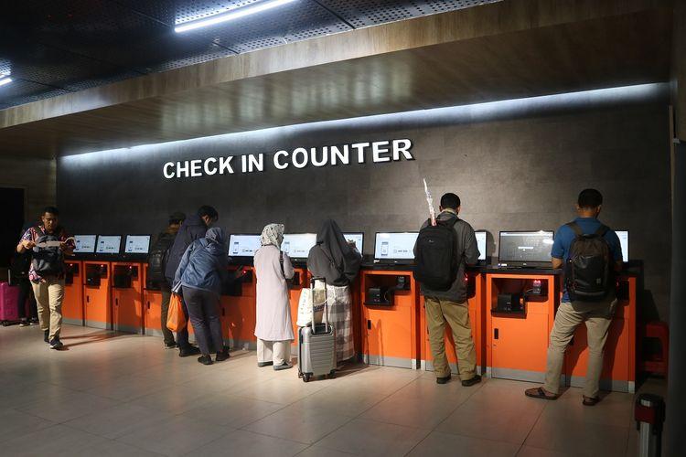 Fasilitas check in counter yang ada di Stasiun Pasar Senen, penumpang bisa menggunakan fasilitas ini untuk mencetak tiket kereta api secara mandiri, Jumat (22/11/2019).